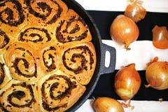 Petits pains de pain d'oignon dans la casserole d'ironcast, oignon d'or frais Photo stock