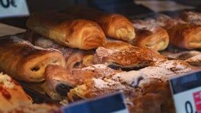 Petits pains de pain dans une fenêtre de magasin photo stock