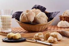 Petits pains de pain de blé dans le panier Petits pains savoureux frais sur la table en bois Images stock