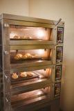 Petits pains de pain faisant cuire au four en four Images libres de droits