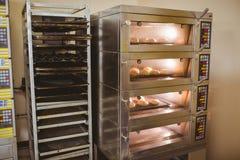 Petits pains de pain faisant cuire au four en four Image libre de droits