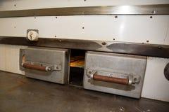 Petits pains de pain faisant cuire au four en four dans une cuisine commerciale Image libre de droits