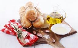 Petits pains de pain fraîchement cuits au four avec le pétrole et les épices Photos stock