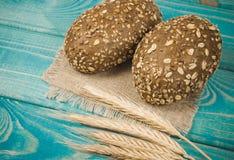 petits pains de pain de Multi-grain sur sur la table en bois bleue photographie stock