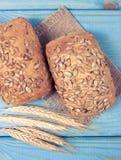 petits pains de pain de Multi-grain sur sur la table en bois bleue image libre de droits