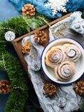 Petits pains de petit pain de cannelle au-dessus de fond de Noël Images stock