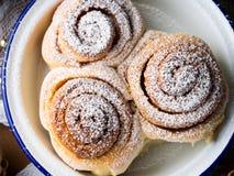 Petits pains de petit pain de cannelle dans la cuvette d'émail closeup Images stock
