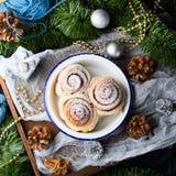 Petits pains de petit pain de cannelle dans la cuvette d'émail Place de Noël Photo stock