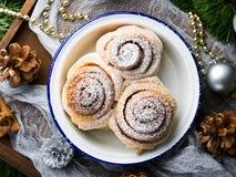 Petits pains de petit pain de cannelle dans la cuvette d'émail Vue supérieure Photographie stock libre de droits