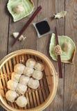 Petits pains de porc cuits à la vapeur par Chinois Photographie stock