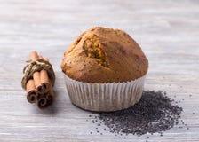 Petits pains de potiron avec les clous et la cannelle de girofle sur une table en bois Image stock