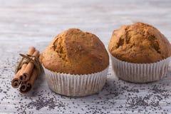 Petits pains de potiron avec les clous et la cannelle de girofle sur une table en bois Photo libre de droits