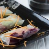 Petits pains de ressort asiatiques de casse-croûte sain avec des nouilles de légumes, de poissons et de riz Photographie stock libre de droits