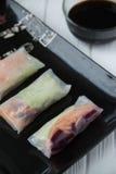 Petits pains de ressort asiatiques de casse-croûte sain avec des nouilles de légumes, de poissons et de riz Images libres de droits