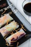 Petits pains de ressort asiatiques de casse-croûte sain avec des nouilles de légumes, de poissons et de riz Photos libres de droits
