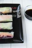 Petits pains de ressort asiatiques de casse-croûte sain avec des nouilles de légumes, de poissons et de riz Photos stock