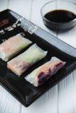 Petits pains de ressort asiatiques de casse-croûte sain avec des nouilles de légumes, de poissons et de riz Photo libre de droits