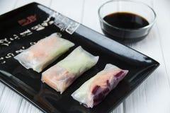 Petits pains de ressort asiatiques de casse-croûte sain avec des nouilles de légumes, de poissons et de riz Photographie stock