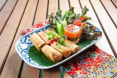 Petits pains de ressort avec la crevette avec de la sauce chili douce Photo stock