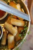 Petits pains de ressort cuits au four de thon dans le joli plateau Images libres de droits