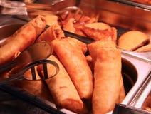 Petits pains de ressort dans le restaurant de buffet de Chinois photographie stock libre de droits