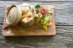 petits pains de ressort frits dans le panier de bambou de dimsum Photo libre de droits