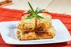 Petits pains de ressort frits sur le tapis en bambou rouge Photos stock