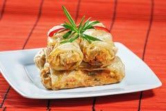 Petits pains de ressort frits sur le tapis en bambou rouge Photographie stock
