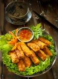 Petits pains de ressort ou pas mentionné ailleurs nuong croustillants vietnamiens avec de la sauce à poissons et Image libre de droits
