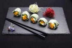 Petits pains de ressort, petits pains de sushi avec des saumons, rucola, fromage de Philadelphie photographie stock libre de droits
