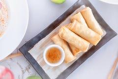 Petits pains de ressort thaïlandais avec de la sauce Photographie stock