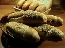 Petits pains de sésame, petits pains ronds et pain coupé en tranches de blé dans le style écologique Photo stock