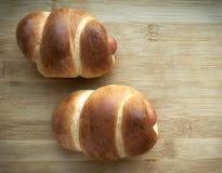 Petits pains de saucisse cuits au four sur le fond en bois Traitement au four fait maison images libres de droits