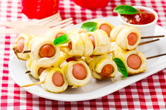 Petits pains de saucisse sur des brochettes Image libre de droits