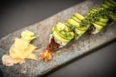 Petits pains de sushi avec des crevettes roses Images libres de droits