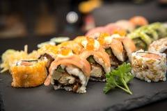Petits pains de sushi avec des crevettes roses Photo libre de droits
