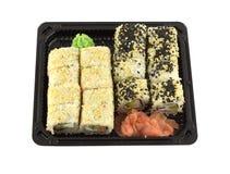 Petits pains de sushi dans le récipient en plastique d'isolement sur le plan rapproché blanc Image libre de droits