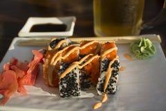 Petits pains de sushi dans un café sur la côte Images stock