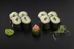 Petits pains de sushi de Hosomaki avec des concombres décorés Photographie stock libre de droits
