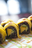 Petits pains de sushi de légumes avec la mangue sur le dessus Photo libre de droits