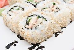 Petits pains de sushi de plat Image stock