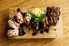 Petits pains de sushi de saumons et d'anguille Photographie stock libre de droits