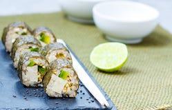 Petits pains de sushi faits maison de vegan de Vegan Photographie stock libre de droits