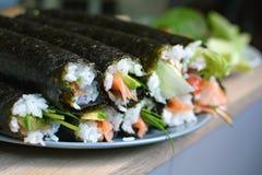 Petits pains de sushi faits maison entiers photographie stock