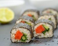 Petits pains de sushi faits maison sains Image stock