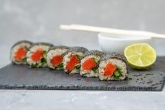 Petits pains de sushi faits maison sains Photo stock