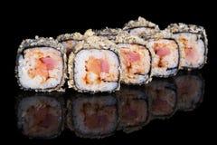 Petits pains de sushi grillés avec les poissons et le sause Images stock