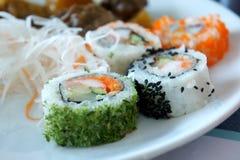 Petits pains de sushi japonais frais traditionnels Images stock
