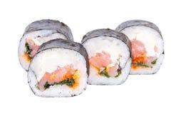 Petits pains de sushi japonais frais traditionnels sur le fond blanc Photos libres de droits
