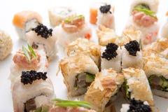 Petits pains de sushi japonais, maki sur le fond blanc Image libre de droits